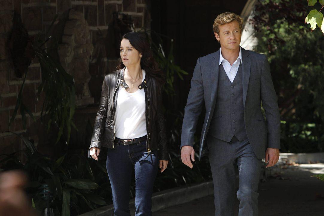 Untersuchen den Mord an einem Diamantschleifer: Patrick (Simon Baker, r.) und Teresa (Robin Tunney, l.) ... - Bildquelle: Warner Bros. Television