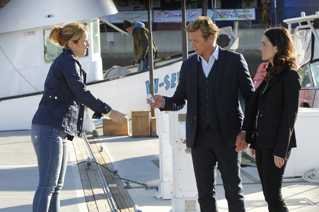 Bei den Ermittlungen in einem neuen Fall stoßen Patrick (Simon Baker, M.) und Teresa (Robin Tunney, r.) auf Cayce Robins (Vanessa Ray, l.). Doch was... - Bildquelle: Warner Bros. Television