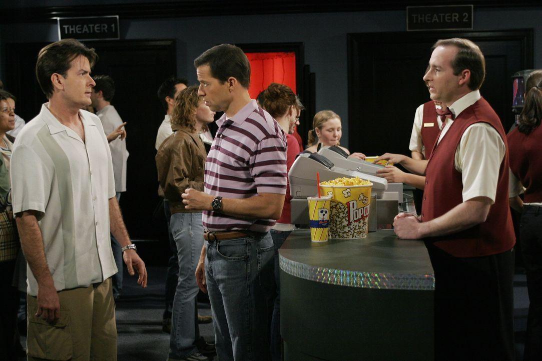 Alan (Jon Cryer, M.) zeigt bemerkenswerten Einfallsreichtum, wenn es darum geht, sich vor dem Bezahlen zu drücken. Charlie (Charlie Sheen, l.) ist... - Bildquelle: Warner Brothers Entertainment Inc.