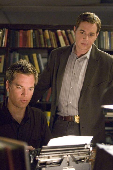 Entsetzt muss McGee (Sean Murray, r.) feststellen, dass jemand den Petty Officer, der ihm als Vorlage für sein neustes Buch gedient hat, umgebracht... - Bildquelle: CBS Television