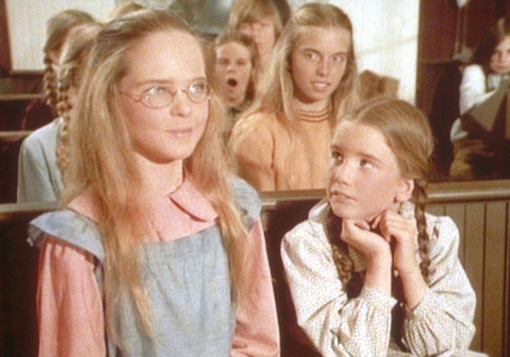 Dank ihrer neuen Brille kann Mary (Melissa Sue Anderson, l.) endlich wieder dem Unterricht folgen. Schwester Laura (Melissa Gilbert, r.) freut sich. - Bildquelle: Worldvision