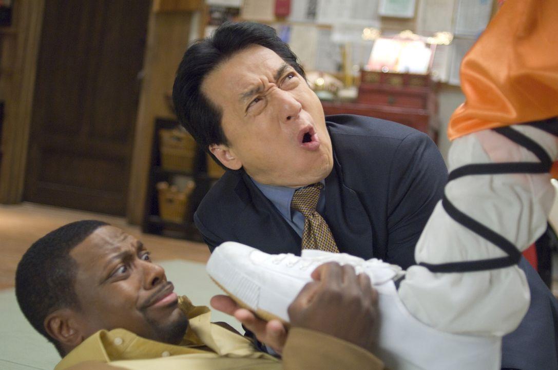 Nachdem sie der Unterwelt von Los Angeles und Hongkong das Fürchten gelehrt haben, verschlägt es Detective Carter (Chris Tucker, l.) und Chief Inspe... - Bildquelle: Warner Bros.