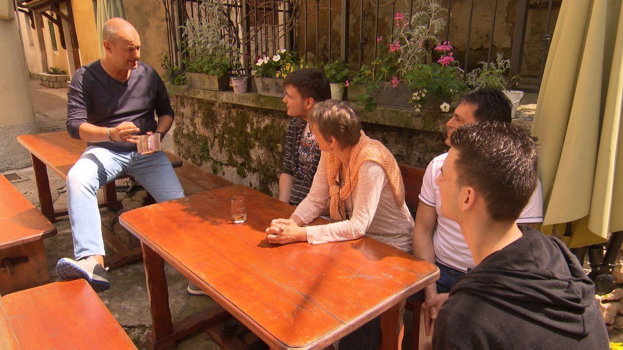 Frank Rosin (l.) reist nach Kroatien, um dort Andreas (2.v.r.), Sabine (M.) und deren beiden Söhnen Marc (2.v.l.) und Nico (r.) zu helfen. Sie führe... - Bildquelle: kabel eins