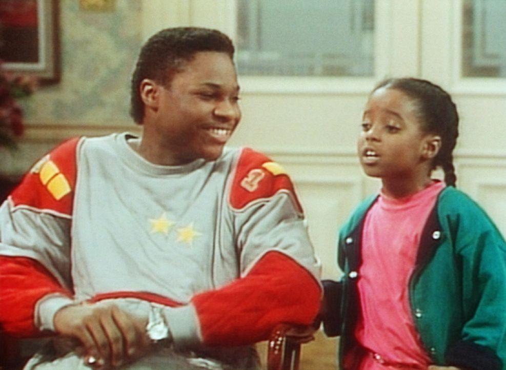 Theo (Malcolm-Jamal Warner, l.) und Rudy (Keshia Knight Pulliam, r.) strahlen schon bei dem Gedanken, dass ihnen ihr Vater auf den Leim gehen wird. - Bildquelle: Viacom