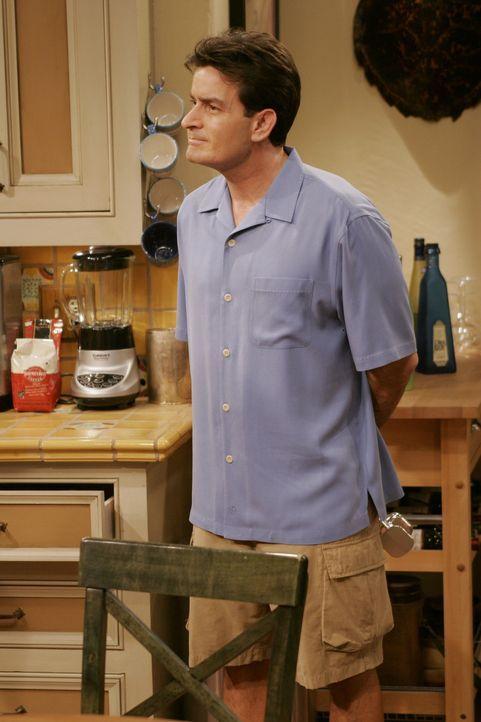 Charlie (Charlie Sheen) überlegt sich etwas, wie er Alan von seinem Schmerz ablenken kann ... - Bildquelle: Warner Brothers Entertainment Inc.