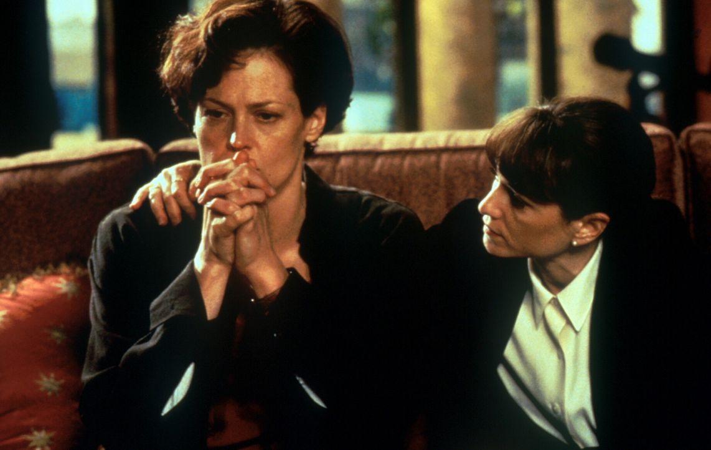 Um von der ehemaligen Kriminalpsychologin Helen Hudson (Sigourney Weaver, l.) wichtige Informationen zu erhalten, muss die Polizistin M. J. Monahan... - Bildquelle: Warner Bros.