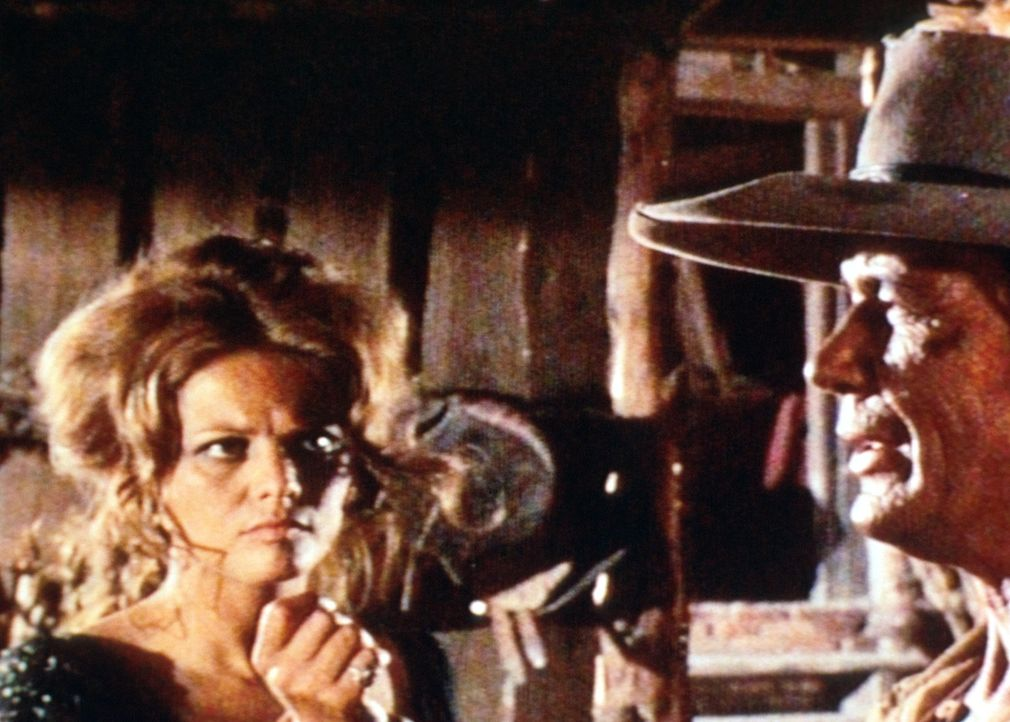Jill (Claudia Cardinale, l.) weiß nicht, was der Fremde (Charles Bronson, r.) von ihr will ... - Bildquelle: Paramount Pictures