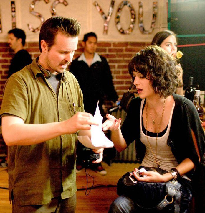 Matt Reeves, l. gibt Lizzy Caplan, r. Regieanweisungen ... - Bildquelle: Paramount Pictures