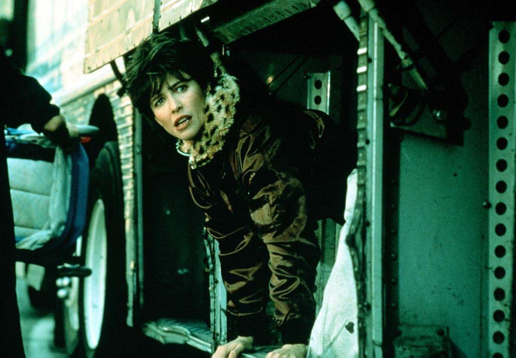 Tracy (Mimi Rogers, r.) wird vom Gefängnisdirektor als Köder eingesetzt. Sie soll mit dem Häftling Frank fliehen und sich von ihm zum Versteck se... - Bildquelle: Home Box Office (HBO)