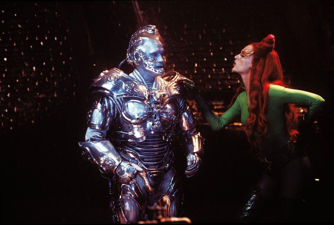 Poison Ivy (Uma Thurman) schürt Mr. Freezes (Arnold Schwarzenegger, l.) Hass auf Batman und Robin und spannt ihn so für ihre Zwecke ein ... - Bildquelle: Warner Bros. Pictures