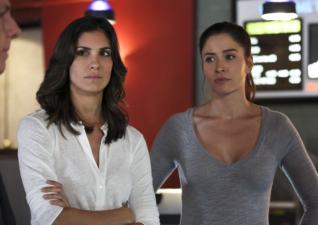 DEA Agent Talia Del Campo (Mercedes Mason, r.) steht dem Team um Kensi (Daniela Ruah, l.) in ihrem aktuellen Fall zur Seite ... - Bildquelle: Monty Brinton 2015 CBS Broadcasting, Inc. All Rights Reserved.