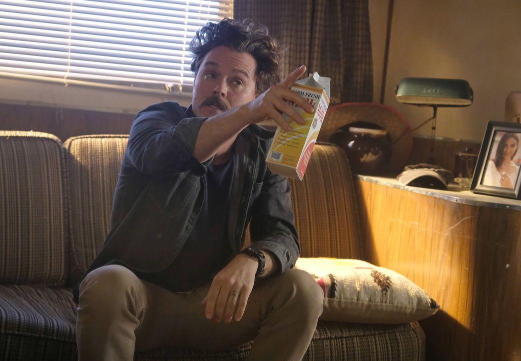Als Murtaugh aufgrund seines Streits mit Trish bei ihm Unterschlupf sucht, ist Riggs (Clayne Crawford) zwar wenig begeistert, dennoch lässt er sich... - Bildquelle: Warner Brothers