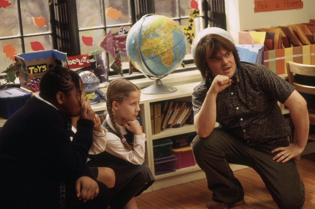 Zunächst beschränkt sich Dewey Finns (Jack Black, r.) Engagement als Lehrer darauf, zu warten bis der Schulalltag zu Ende ist. Doch dann macht er... - Bildquelle: Paramount Pictures