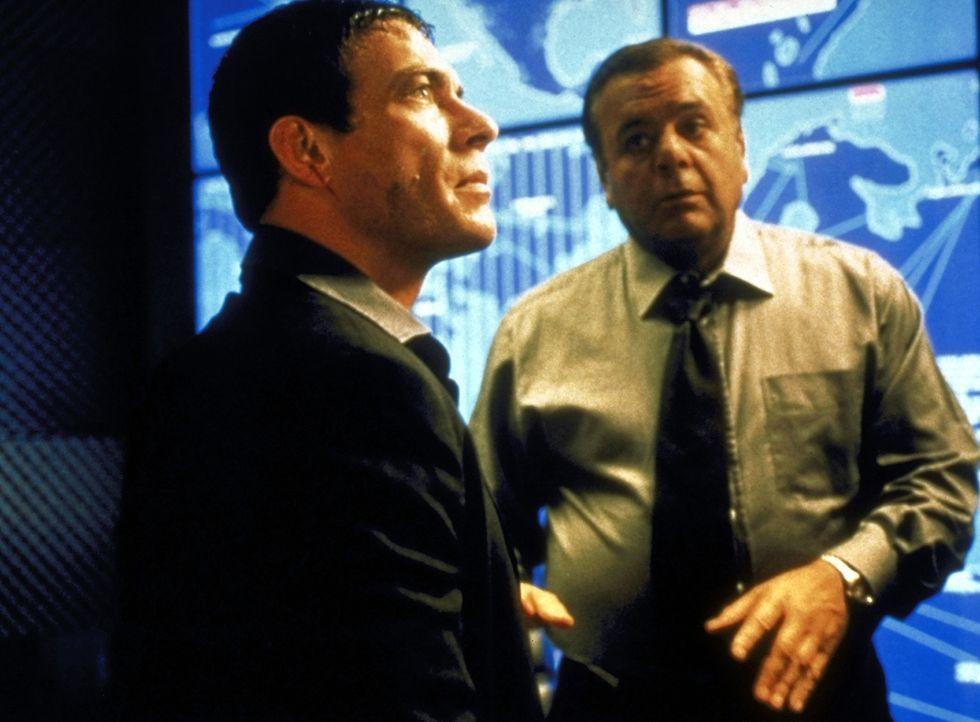 Glücklicherweise findet Marcus (Jean-Claude van Damme, l.) bei dem Sektionschef des CIA, Johannson (Paul Sorvino, r.), die nötige Unterstützung ... - Bildquelle: TriStar Pictures
