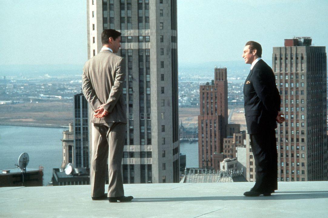 Als der junge Provinzanwalt Kevin Lomax (Keanu Reeves, l.) in die Kanzlei des mächtigen John Milton (Al Pacino, r.) einsteigt, geht er mit Feuereife... - Bildquelle: Warner Bros.
