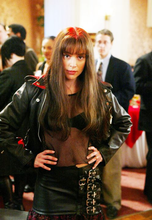 Kurz nachdem Phoebe (Alyssa Milano) auf dem Klassentreffen beleidigt wird, verwandelt sie sich plötzlich in die wilde Phoebe von früher und mischt d... - Bildquelle: Paramount Pictures.