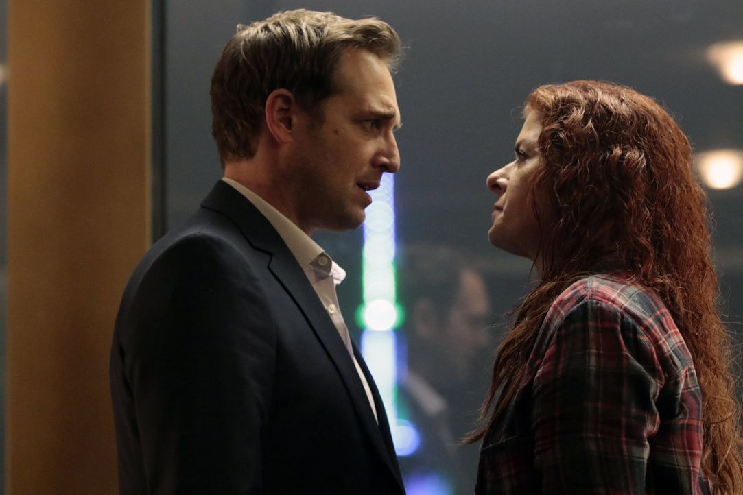 Jake (Josh Lucas, l.) trifft eine Entscheidung über seine Zukunft mit Laura (Debra Messing, r.), während die Ermittlungen im Mordfall von Captain Sa... - Bildquelle: 2016 Warner Bros. Entertainment, Inc.