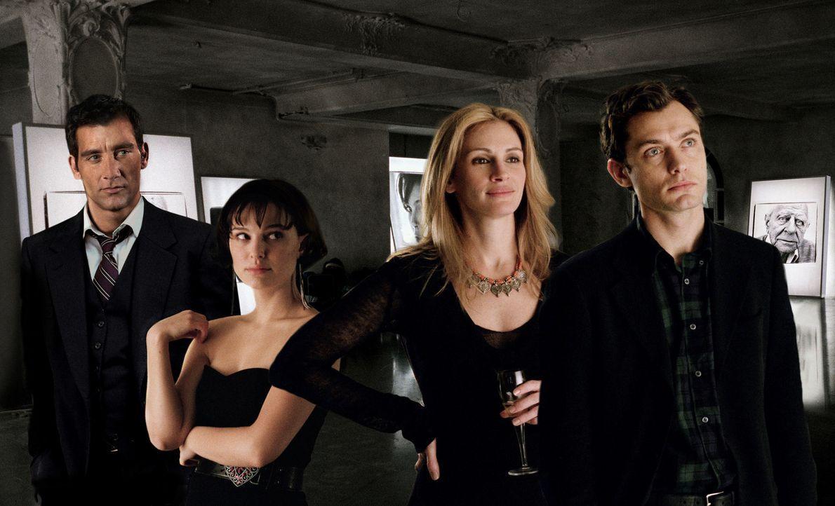 Aufgrund einer zufälligen Begegnung gerät das Leben von Dan (Jude Law, r.), Alice (Natalie Portman, 2.v.l.), Anna (Julia Roberts, 2.v.r.) und Larr... - Bildquelle: Sony Pictures Television International. All Rights Reserved.