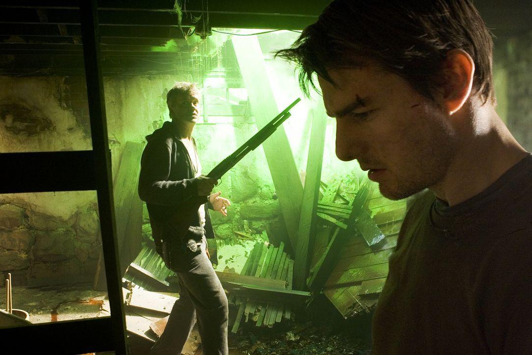 Unter Beschuss der Invasoren vom Mars: Harlan (Tim Robbins, l.) und Ray (Tom Cruise, r.) ... - Bildquelle: 2004 Paramount Pictures All Rights Reserved.