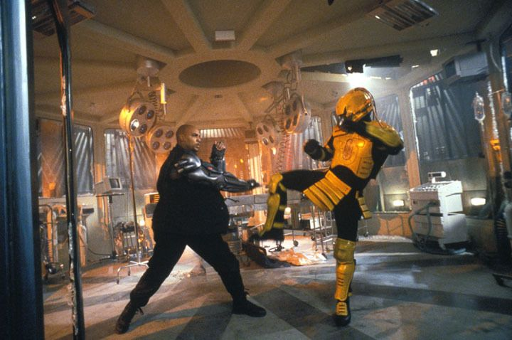 Ohne Zögern nimmt Jax (Lynn Red Williams, l.) den Kampf gegen den Kampfroboter Shao-Khans auf: metallene Servomotoren gegen stählerne Muskeln ... - Bildquelle: Warner Bros.