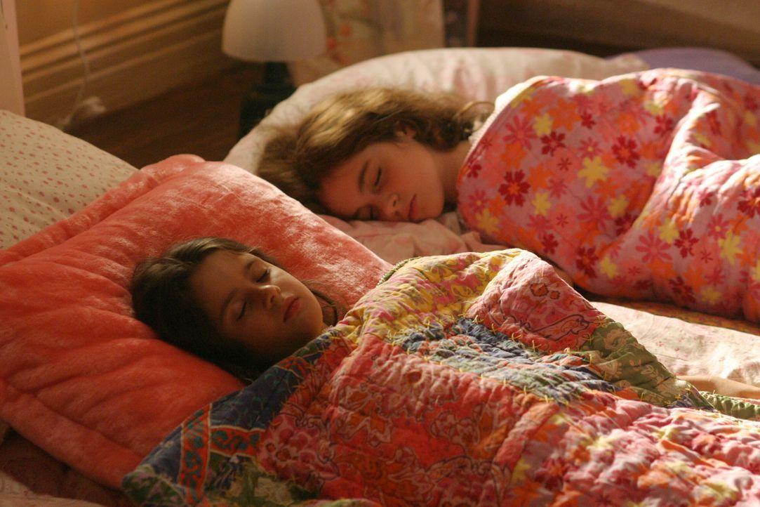 Jack Malone wirft einen Blick auf seine schlafenden Töchter Hanna (Vanessa Marano, l.) und Kate (Laura Marano, r.) ... - Bildquelle: Warner Bros. Entertainment Inc.