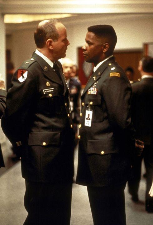 General Hershberg (Michael Moriarty, l.) beauftragt Leutnant Serling (Denzel Washington, r.) die Anwärterschaft einer toten Hubschrauberpilotin auf... - Bildquelle: Twentieth Century-Fox Film Corporation