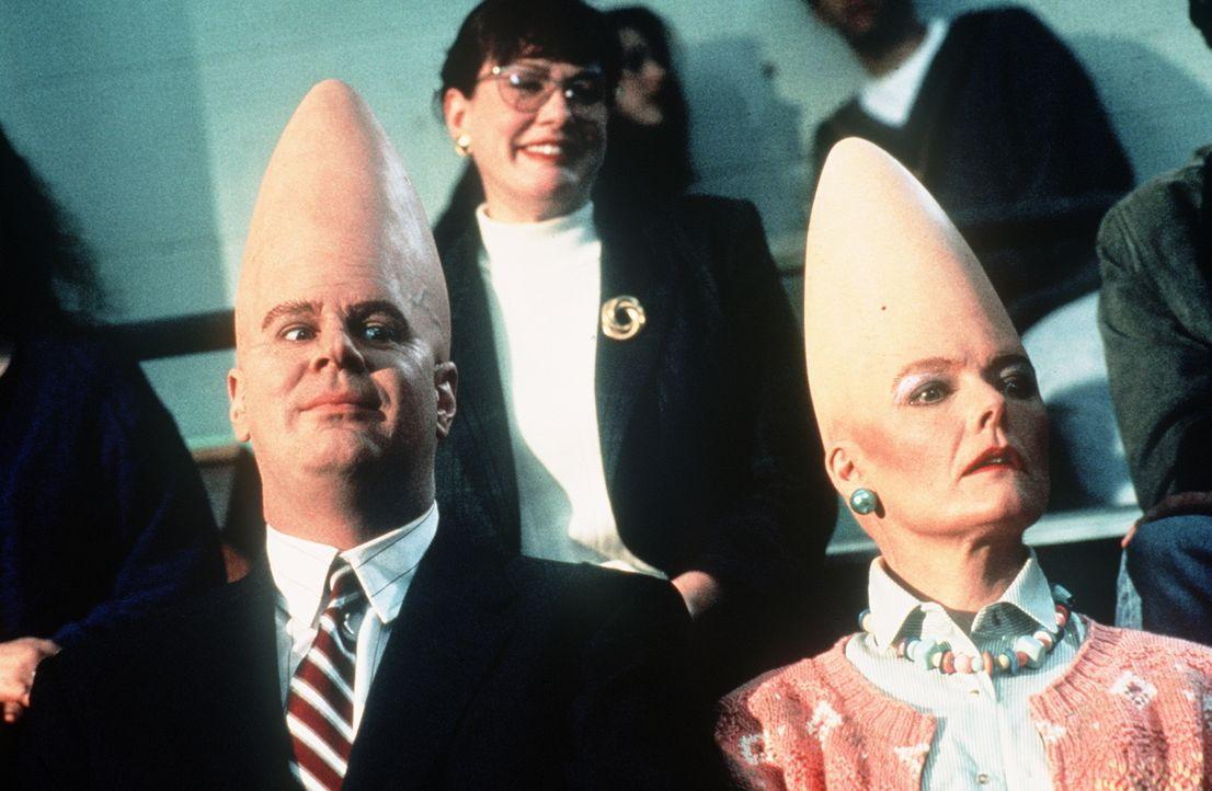 Den beiden freundlichen Außerirdischen Beldar (Dan Aykroyd l.) und seiner Frau Prymaat (Jane Curtin, r.) fällt es leicht, sich in der menschlichen G... - Bildquelle: Paramount Pictures