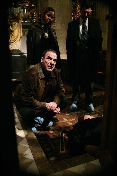Gehen einer erschütternden Mordserie auf den Grund: Gideon (Mandy Patinkin, vorne), Aaron (Thomas Gibson, r.) und Det. Nora Bennett (Tonya Pinkins,... - Bildquelle: Touchstone Television