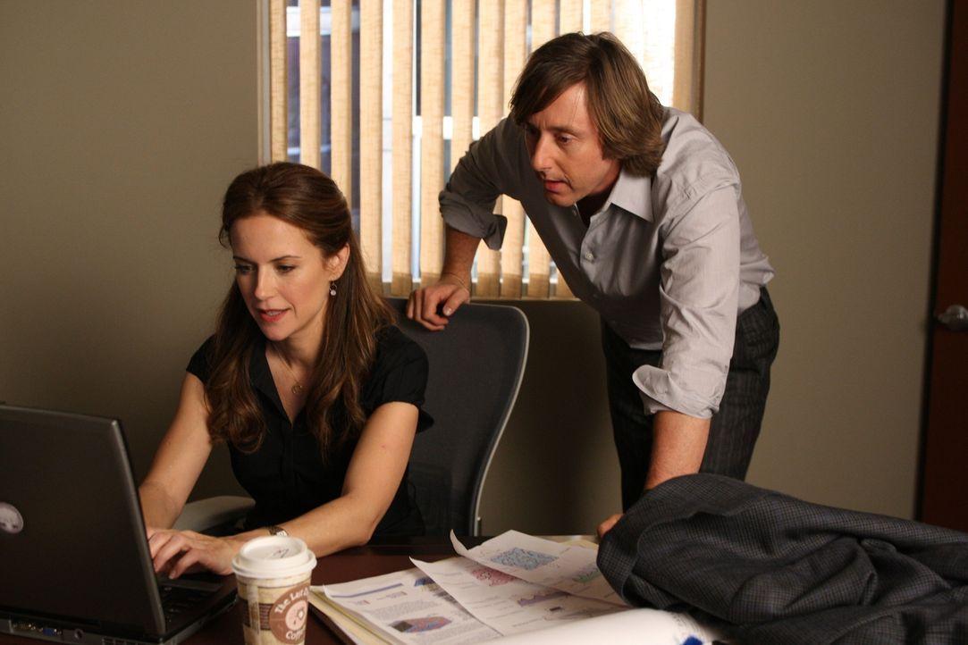 Meghan Doyle (Kelly Preston, l.) muss überprüfen, ob irgendjemand auf Joes (Jake Weber, r.) Idee schon ein Patent angemeldet hat ... - Bildquelle: Paramount Network Television