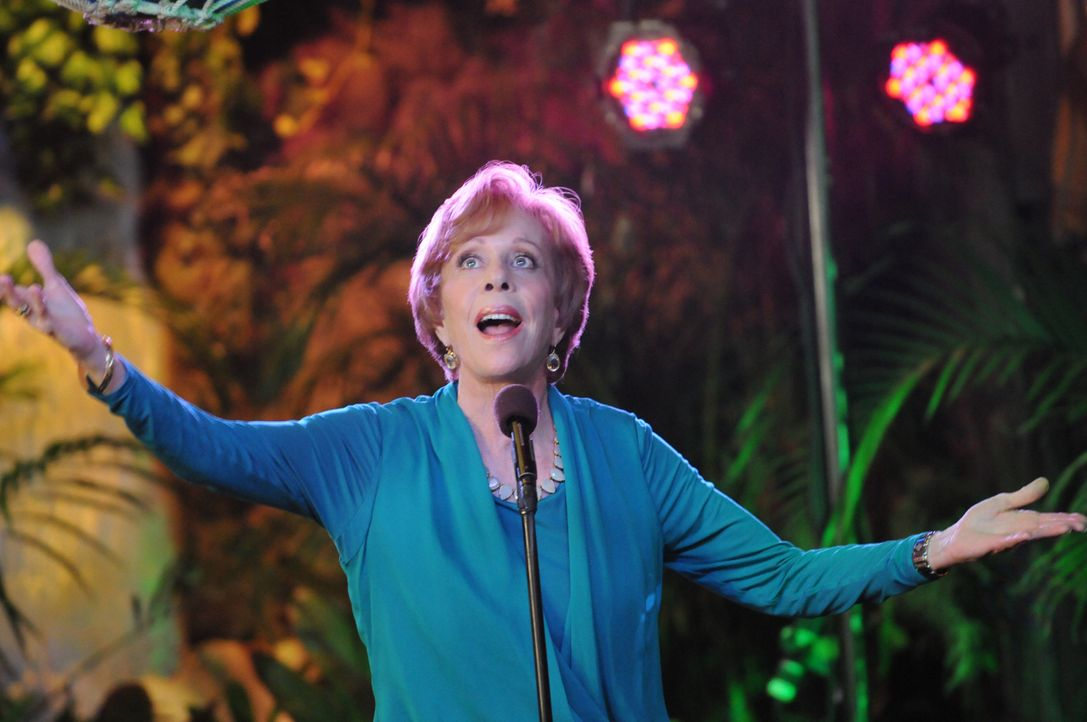Erlebt ein ganz besonderes Thanksgiving-Fest: Deb (Carol Burnett) ... - Bildquelle: 2013 CBS BROADCASTING INC. All Rights Reserved.
