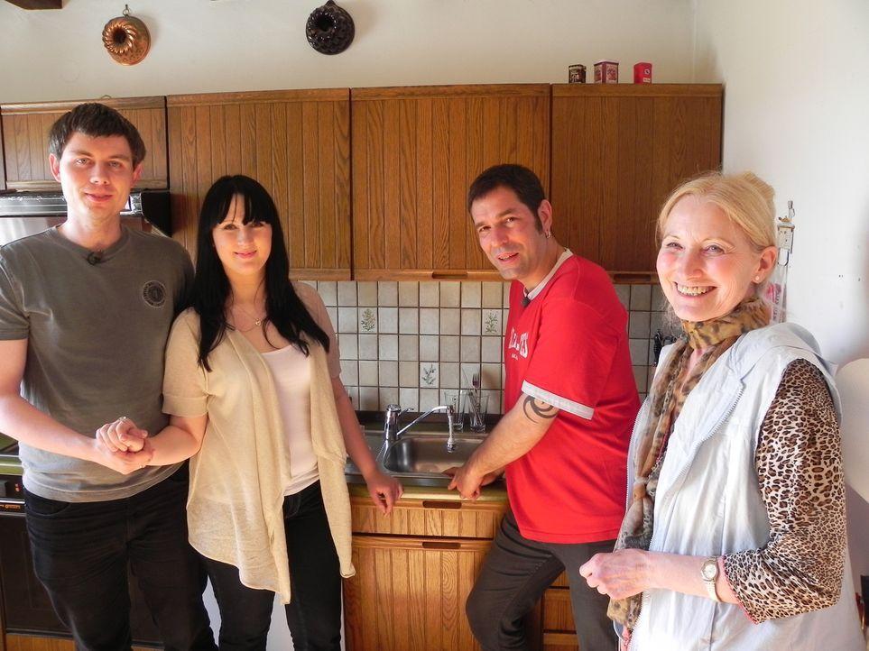 Jürgen (l.) will mit seiner Frau Olga (2.v.l.) die alte Wohnung seiner Mutter Gertrud (r.) beziehen. Sie bitten Wohnprofi Volker Harzdorf (2.v.r.)... - Bildquelle: kabel eins
