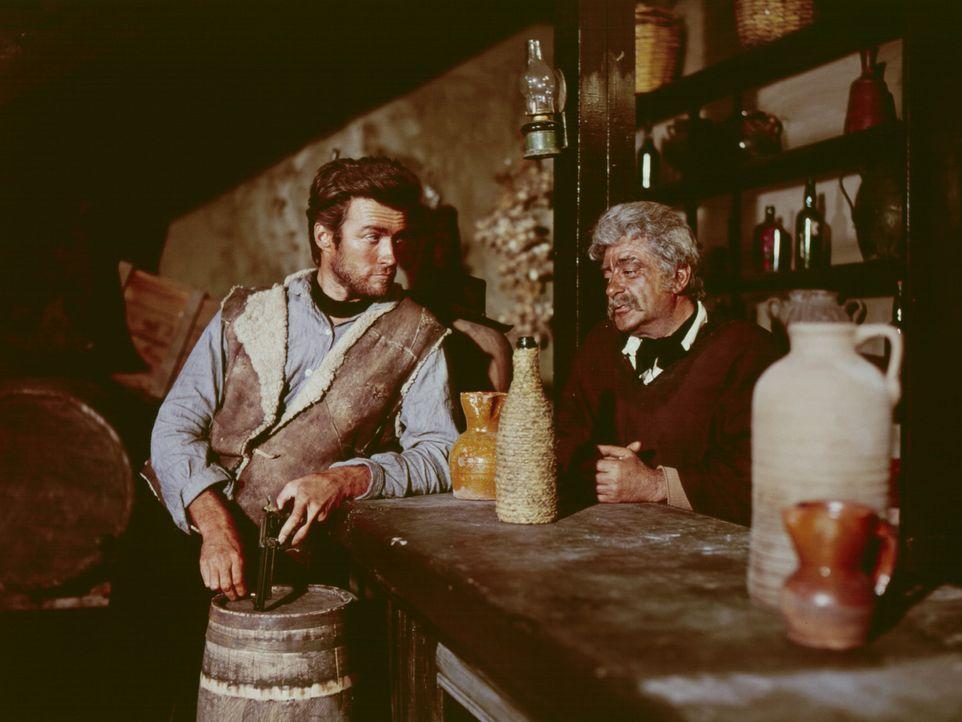 Der schießfreudige Desperado Joe (Clint Eastwood, l.) kommt in die abgelegene Stadt San Miguel. Dort erfährt er von einem Salonbesitzer (Pepe Calv... - Bildquelle: United Artists