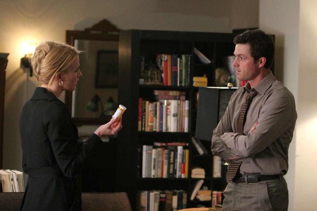 Da Samantha (Poppy Montgomery, l.) Martin (Eric Close, r.) helfen möchte, stellt sie ihn zur Rede ... - Bildquelle: Warner Bros. Entertainment Inc.
