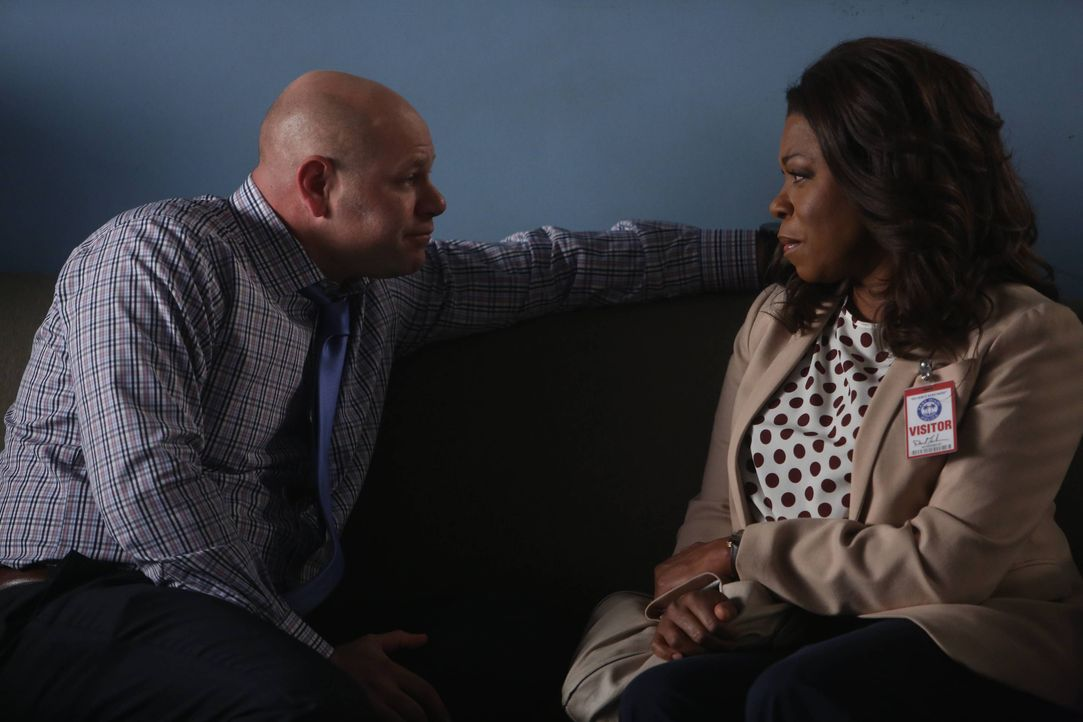 Während Donna (Lorraine Toussaint, r.) alles tut, um Hornstock (Domenick Lombardozzi, l.) für die Pressekonferenz stark zu machen, kämpft Rosewood v... - Bildquelle: 2015-2016 Fox and its related entities.  All rights reserved.