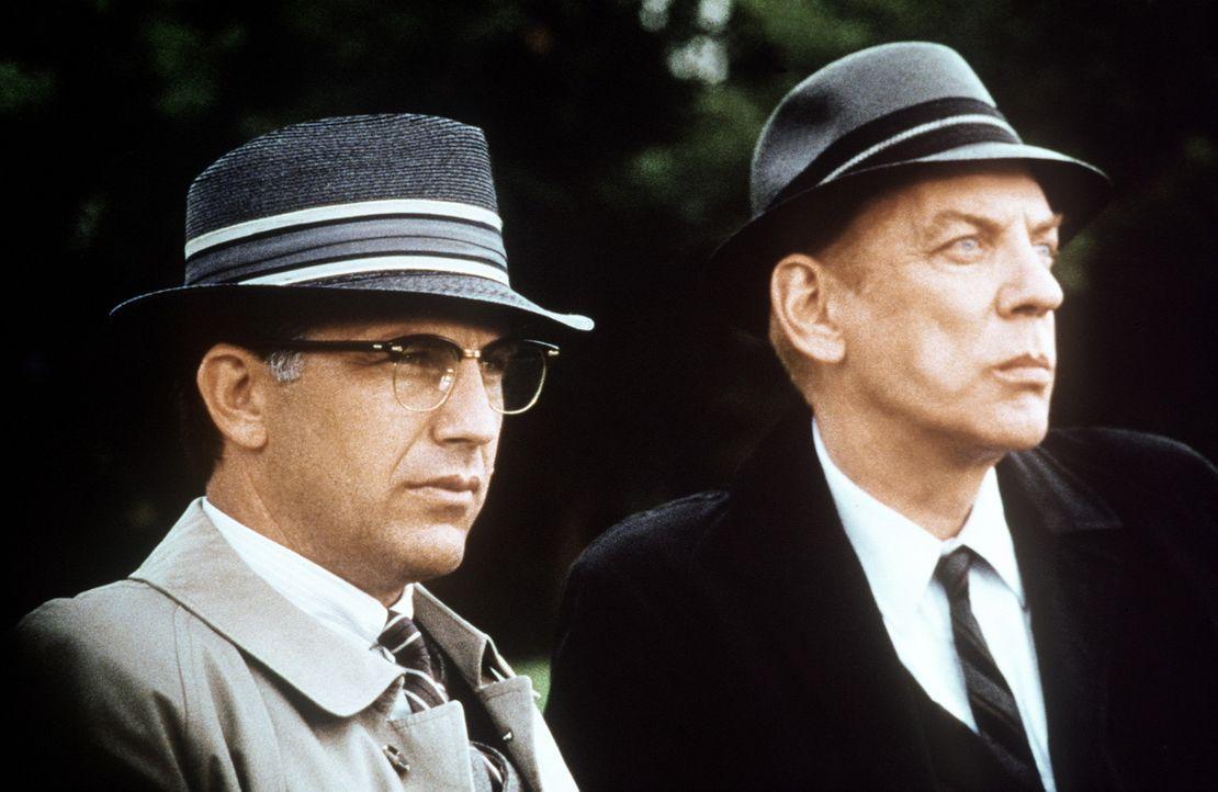 Jahre nach der Ermordung Kennedys versucht Staatsanwalt Garrison (Kevin Costner, l.), die wahren Hintergründe von Kennedys Ermordung ans Licht zu b... - Bildquelle: Warner Bros.