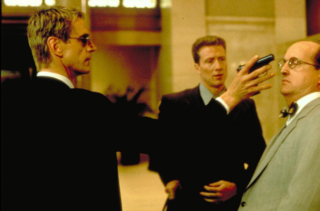 Doch die Rache an McClane ist für Simon (Jeremy Irons, l.) nur ein kleiner Bonus. Tatsächlich hat er vor, die Goldreserven der US-Notenbank leer zu... - Bildquelle: Buena Vista Home Entertainment © 1995 Cinergi Pictures Entertainment Inc. Cinergi Productions N.V. Inc. and Twentieth Century Fox Film Corporation