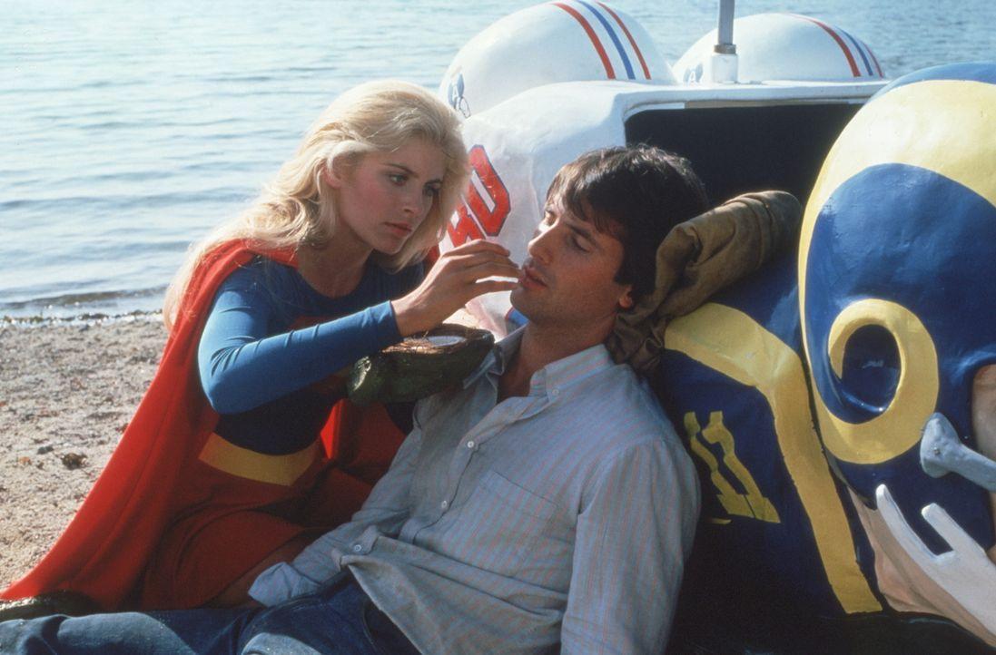 Supergirl (Helen Slater, l.) rettet Ethan (Hart Bochner, r.) das Leben. Als sie sich ineinander verlieben, macht sich Kara die Hexe Selena zur erkl - Bildquelle: TriStar Pictures
