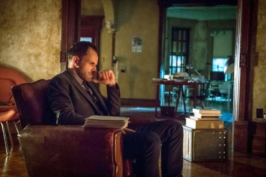 Genie und einsamer Wolf: Sherlock Holmes (Jonny Lee Miller) ... - Bildquelle: CBS Television
