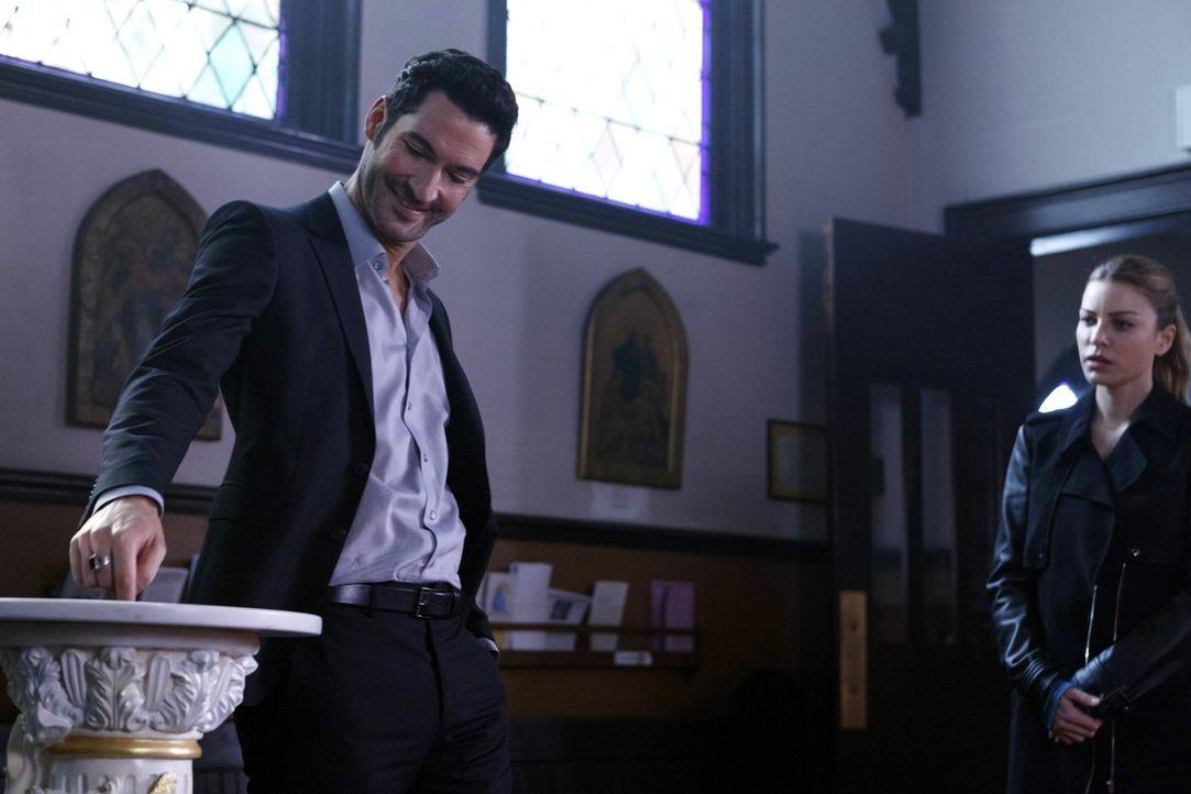Lucifer (Tom Ellis, l.) ist hoch amüsiert, als er und Chloe (Lauren German, r.) von einem Priester um Hilfe geben werden und hat ganz genaue Vorstel... - Bildquelle: 2016 Warner Brothers