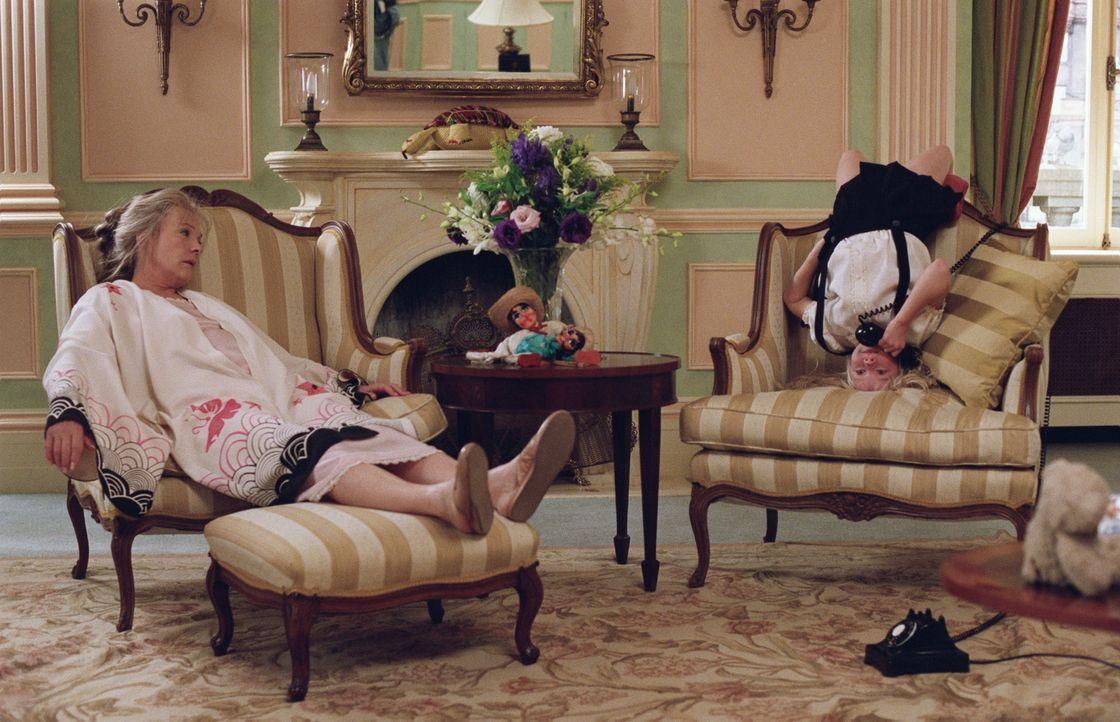 Während Mama auf Reisen ist, wohnt Eloise (Sofia Vassilieva, r.) im Plaza-Hotel und tyrannisiert mit ihren Späßen das gesamte Hotelpersonal. Gut,... - Bildquelle: American Broadcasting Company (ABC)