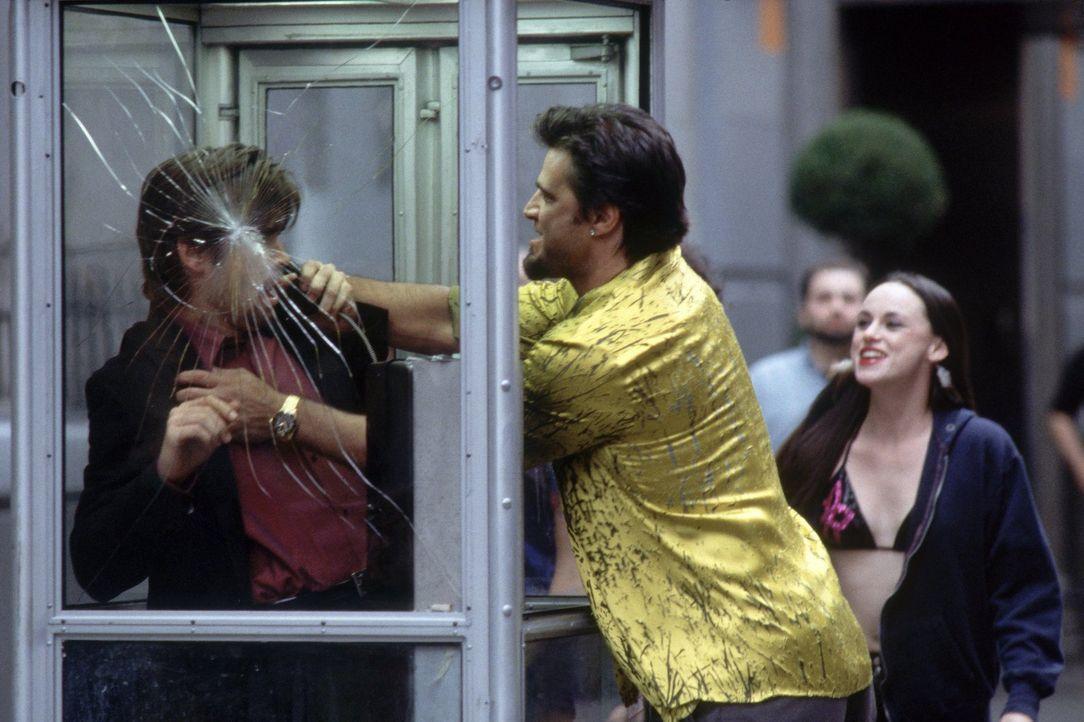 Stu (Colin Farrell, l.) darf nicht auflegen, denn sonst ist sein Leben in großer Gefahr - doch leider möchte auch Leon (John Enos, M.) einen Anruf t... - Bildquelle: 2003 Twentieth Century Fox Film Corporation. All rights reserved.