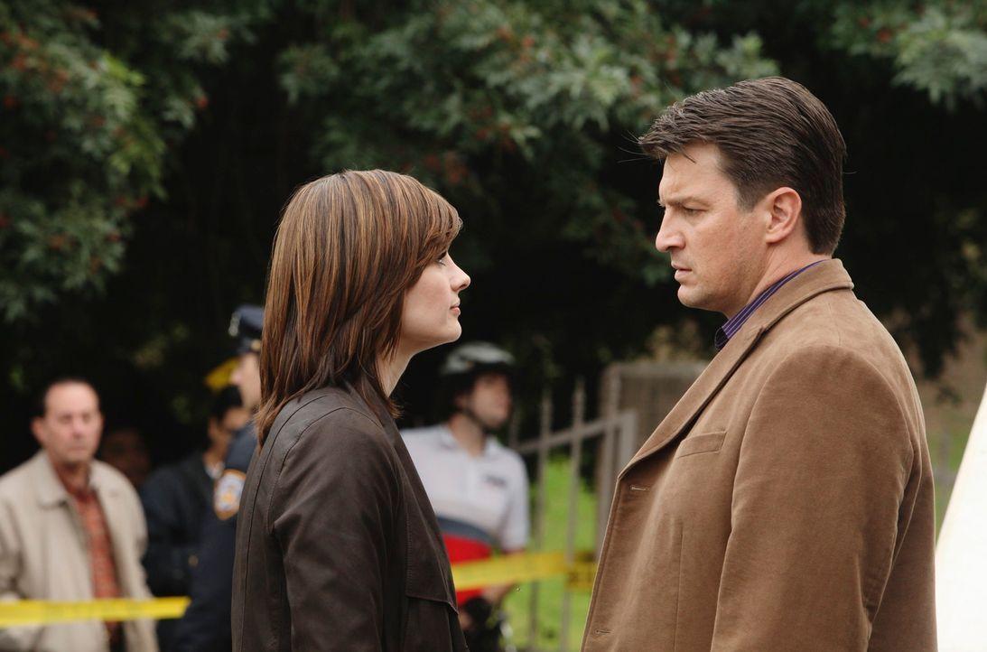 Richard Castle (Nathan Fillion, r.) fühlt sich verantwortlich dafür, dass das Leben von Kate Beckett (Stana Katic, l.) in Gefahr ist. - Bildquelle: ABC Studios