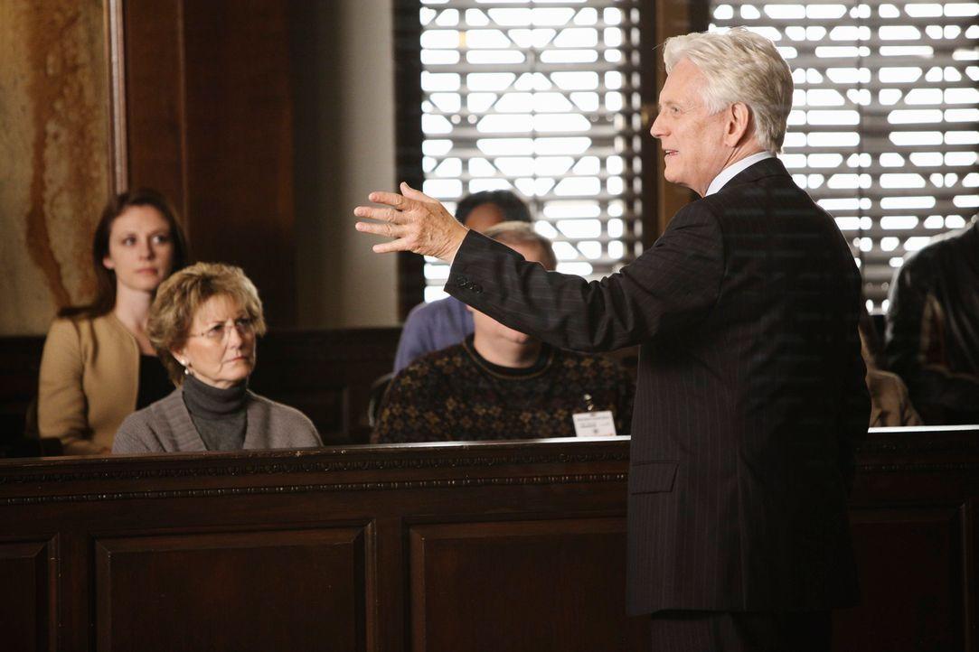 Bezirksstaatsanwalt Lou Karnacki (Bruce Davison, r.) hält sein Plädoyer in einem medienwirksamen Prozess, als einer der Geschworenen zusammenbricht... - Bildquelle: ABC Studios
