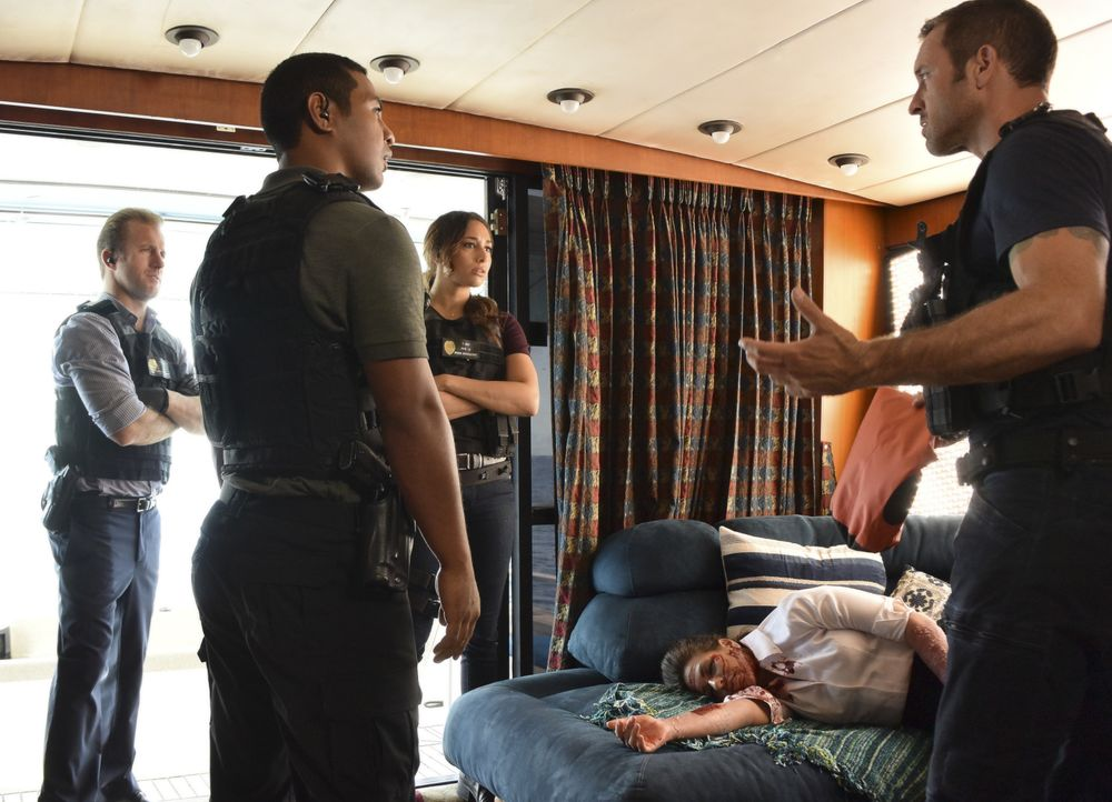 Als das Five-0 Team (v.l.n.r.: Scott Caan, Beulah Koale, Meaghan Rath) die auf dem offenen Meer treibende Yacht betreten, erkennt Steve sofort, dass... - Bildquelle: Norman Shapiro 2017 CBS Broadcasting Inc. All Rights Reserved. / Norman Shapiro