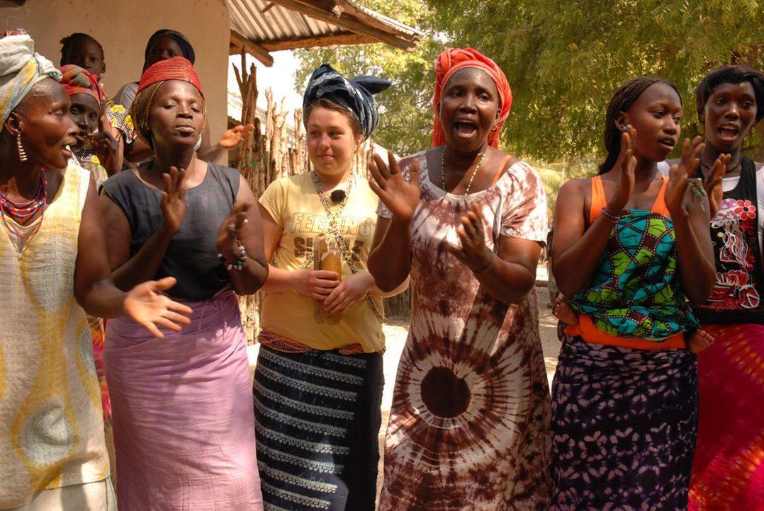 Jessika (M.) feiert mit den einheimischen Frauen. - Bildquelle: kabel eins
