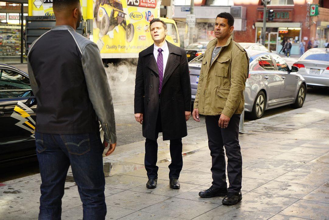 Der verdächtige Bold (Roshawn Franklin, l.) ist schnell gefunden. Doch haben Kevin (Seamus Dever, M.) und Esposito (Jon Huertas, r.) mit ihm tatsäch... - Bildquelle: Richard Cartwright ABC Studios