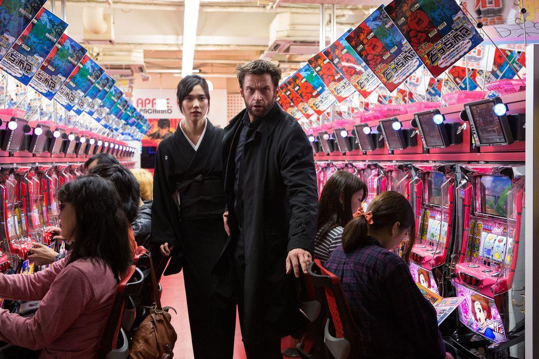 Als Logan (Hugh Jackman, r.) erfährt, dass Mariko (Tao Okamoto, l.) nach dem Tode des Vaters das Imperium geerbt hat, ahnt er, dass deren Leben nur... - Bildquelle: Ben Rothstein 2013 Twentieth Century Fox Film Corporation. All rights reserved.