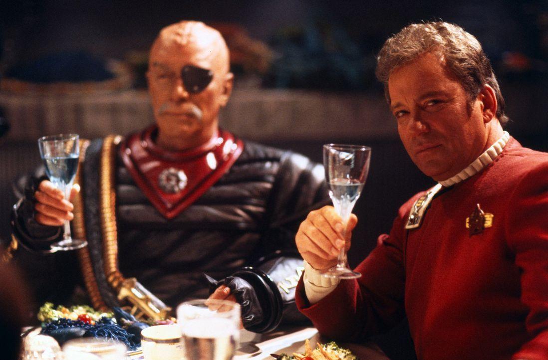 Captain Kirk (William Shatner, r.) und Klingonen-General Chang (Christopher Plummer, l.) erheben ihr Glas auf den Frieden ... - Bildquelle: Paramount Pictures