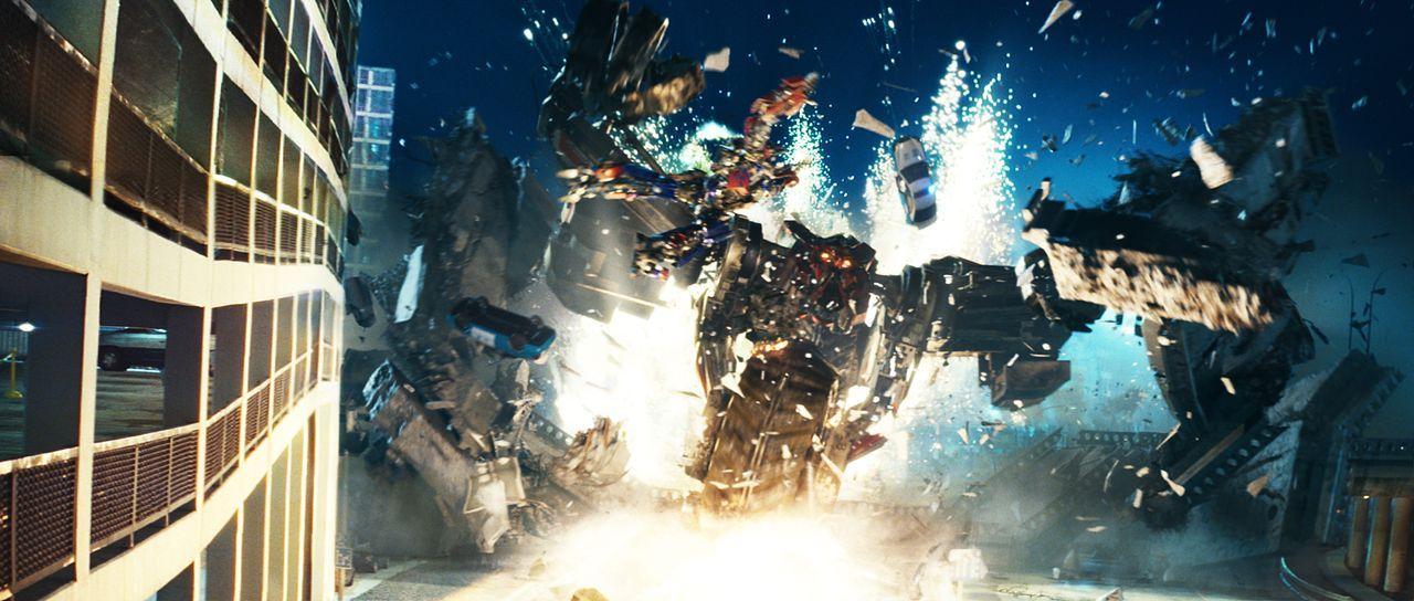 Die bösen Transformer, die Decepticons, wollen eine Weltuntergangsmaschine aus der Versenkung holen, während die guten, unter der Führung der so gen... - Bildquelle: MMIX DW STUDIOS L.L.C. and PARAMOUNT PICTURES CORPORATION. All Rights Reserved.