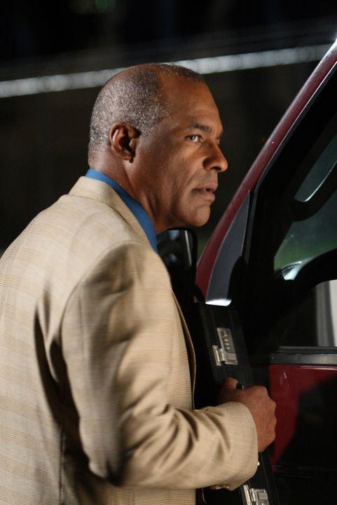 Der Sohn von Arthur Riggs (Michael Dorn) wurde entführt. Er macht sich auf den Weg zur Geldübergabe ... - Bildquelle: Warner Bros. Entertainment Inc.